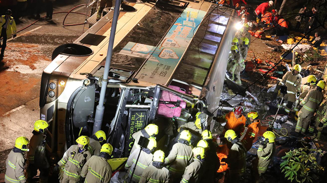 Un bus se renverse à Hong Kong: l'accident fait 19 morts