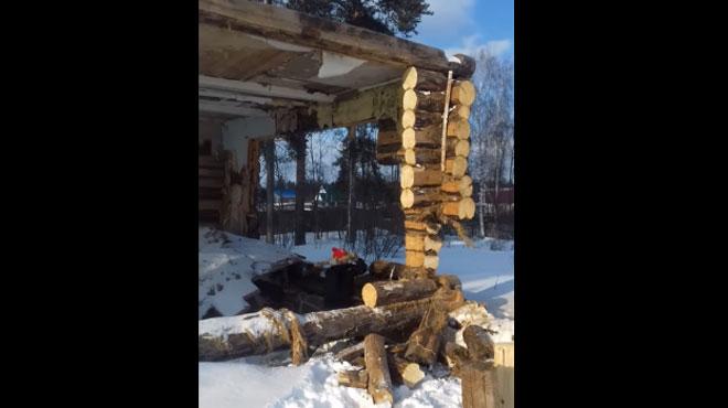L'idée stupide du jour: il veut faire tomber un toit en bois alors qu'il se trouve en dessous (vidéo)