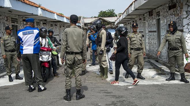 En Indonésie, le gouvernement interdit la Saint-Valentin: comment la police fait la chasse aux amoureux