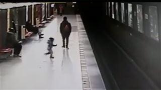 Un ado italien sauve un enfant de deux ans tombé sur les rails du métro une minute avant que la rame arrive (vidéo) 4