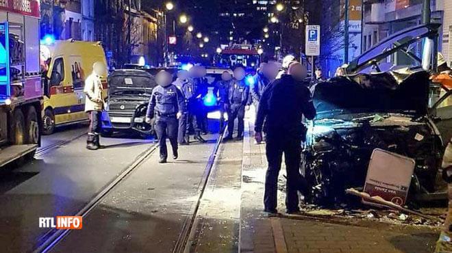 Lancé à toute allure, un véhicule percute un abribus à Molenbeek: trois piétons légèrement blessés