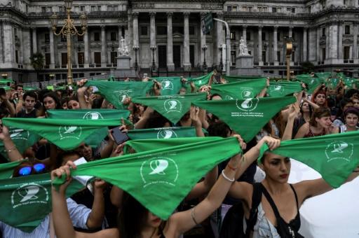 Des Argentines pro-avortement interpellent les parlementaires