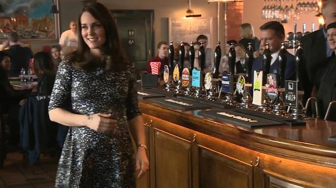 Complice avec son époux, Kate Middleton rayonnante lors d'une visite officielle