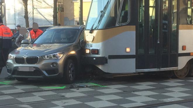 Une voiture tourne brusquement et est emboutie par le tram 81 à Etterbeek