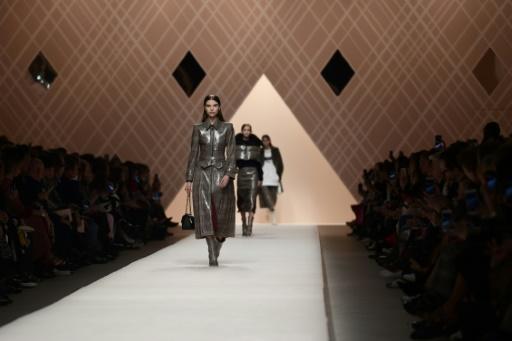 Mode à Milan: chez Fendi, une femme romantique et forte