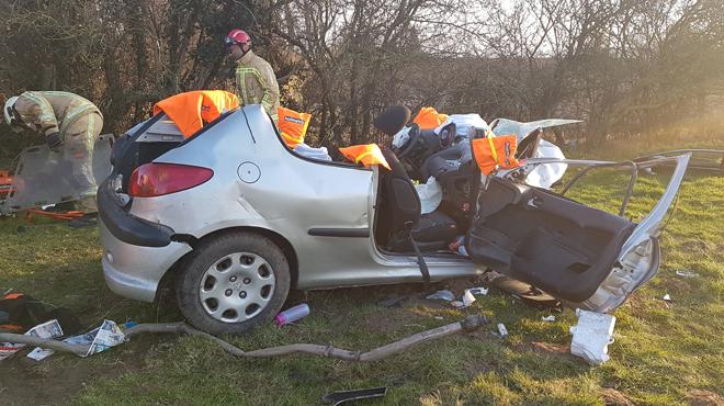 Une voiture percute un arbre à Merbes-le-Château: trois blessés graves