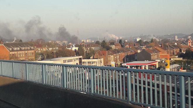 Un incendie provoque un gros dégagement de fumée visible depuis le R3 à Charleroi