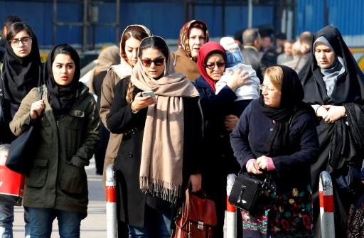 Iran: une manifestante contre le voile fait sensation sur la Toile
