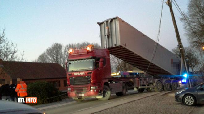 Un camion accroche un