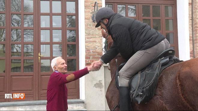 Ce médecin rend visite à ses patients à cheval :