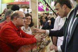 Au salon de l'agriculture à Paris, Macron adopte une poule