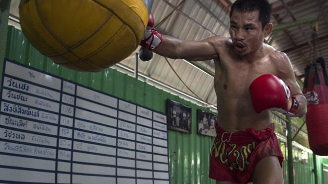Avec son 1,57m et ses 46 kg, un boxeur thaïlandais, surnommé le