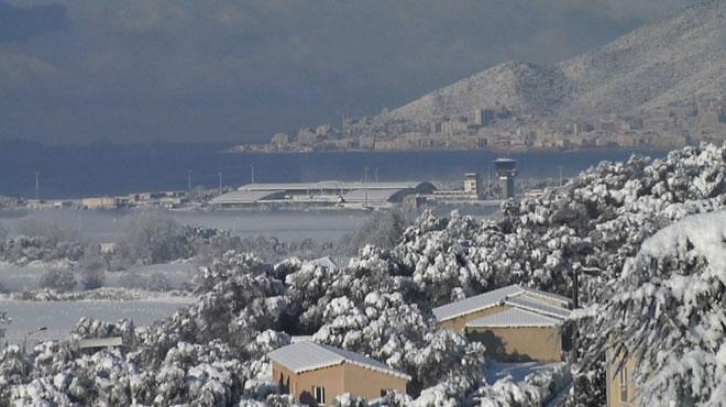 Corse: la baie d'Ajaccio recouverte de neige, du JAMAIS vu en 30 ans (vidéo)