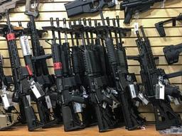 La chaîne Dick's Sporting Goods cesse de vendre des fusils d'assaut semi-automatiques