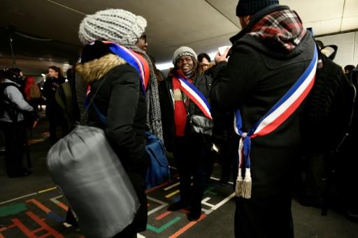 Paris: des élus dorment dans la rue pour