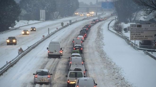 Environ 2.000 voitures encore bloquées par la neige en France: certains automobilistes ont abandonné leur voiture sur l'autoroute en pleine nuit