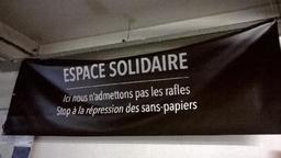 Vingt-neuf associations déploient une bannière de soutien aux sans-papiers