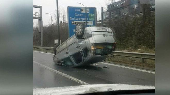 Accident sur l'E411: une voiture sur le toit à hauteur de Jezus-Eik