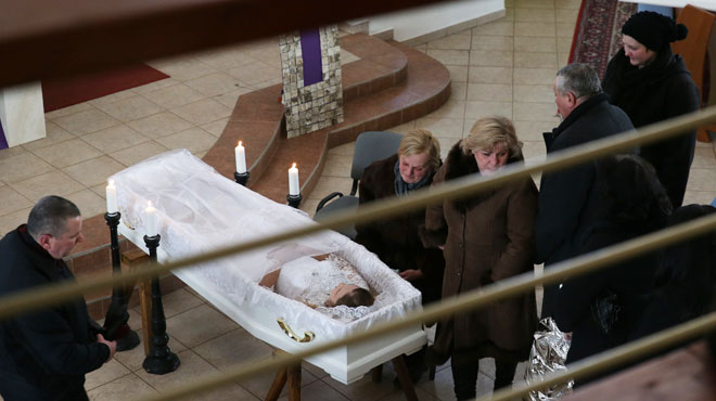 La fiancée du journaliste slovaque assassinée avec lui enterrée dans sa robe de mariée