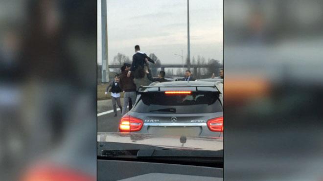 Images hallucinantes filmées sur l'A12: le cortège d'un mariage s'arrête au milieu de l'autoroute pour jeter le marié dans les airs
