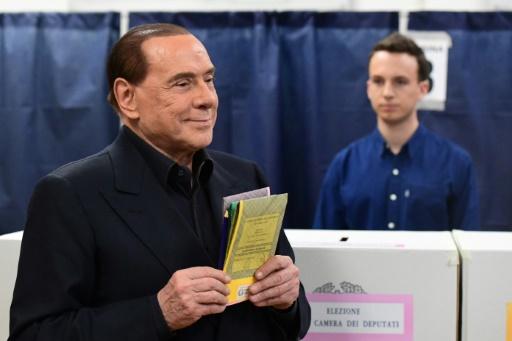 Silvio Berlusconi, l'éternel revenant, perd la main à droite
