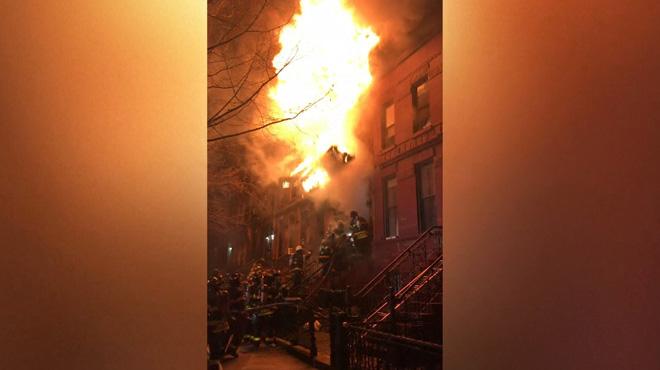 Le toit d'une maison en feu s'effondre sur des pompiers à New York