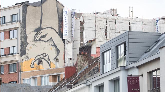 Une nouvelle fresque fait son apparition à Bruxelles: un corps féminin et nu orne désormais la rue du Marché aux Porcs
