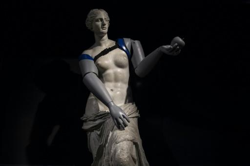 Handicap International offre des prothèses à la Vénus de Milo