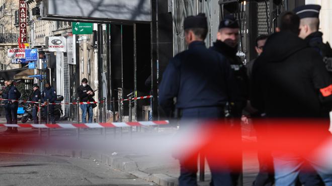 Un homme entre la vie et la mort après avoir été agressé à la machette et au sabre à Paris
