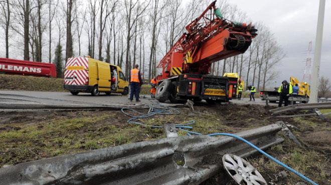 Accident spectaculaire devant le Carré de Willebroek: un camion-grue traverse la berme centrale