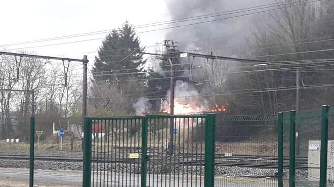 Incendie à Mont-sur-Marchienne: le bâtiment de l'ancienne SPA en proie aux flammes