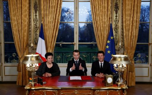 Macron signe en direct la loi sur l'accès à l'université, sa 7ème loi