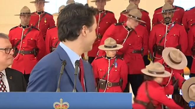 Mais que s'est-il passé pendant le discours de Justin Trudeau? Des policiers s'écroulent en direct (vidéo)
