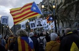 Catalogne: des indépendantistes défilent pour