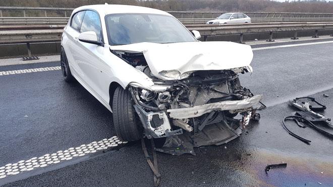 Impressionnant accident sur le ring de Charleroi: il perd le contrôle de sa voiture, percute la berme centrale et s'en sort indemne