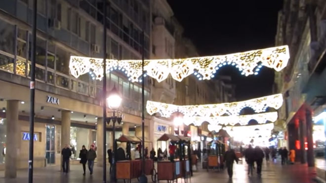 Pourquoi les rues de Belgrade sont-elles toujours ornées des décorations de Noël?