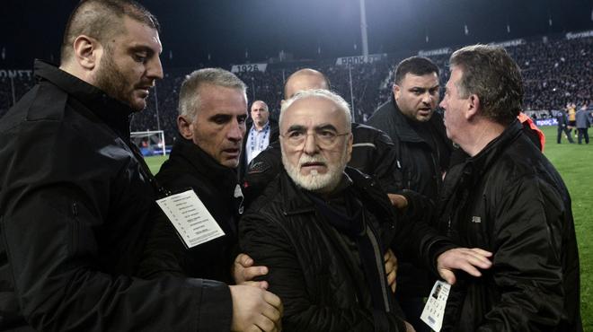 Après être entré armé sur la pelouse, le président du PAOK Salonique réagit: