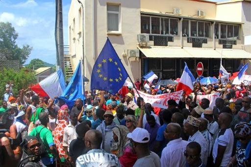 Mayotte: les barrages maintenus en attendant l'avis de la population