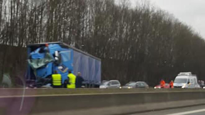 Gros accident impliquant plusieurs camions sur l'E42 à hauteur de Héron: il y a encore 2h30 de files...