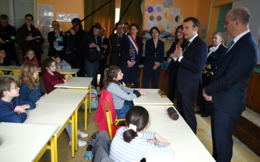 Macron dans une école de campagne pour riposter aux accusations de