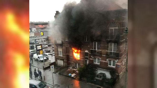 Les pompiers sauvent deux adultes et trois enfants des flammes à Molenbeek (photos)