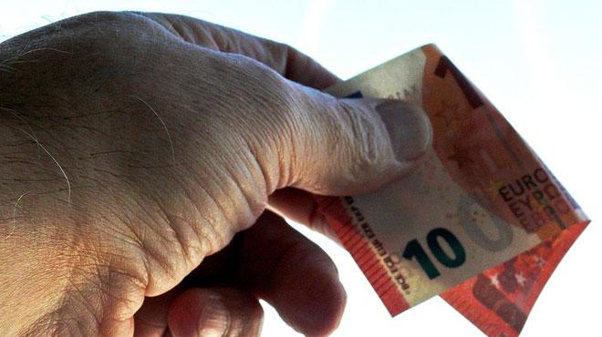 Poursuivi par la police, il jette des liasses de billets depuis sa voiture: les agents ont ramassé 1000 euros sur la chaussée