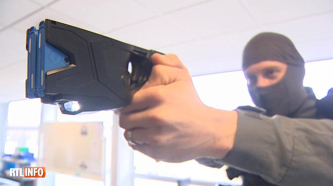 Vous pourrez bientôt croiser des policiers armés de taser: cet outil présente pour eux plusieurs avantages