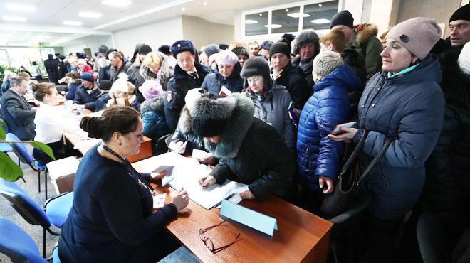Contraintes, bourrages d'urnes,...: des milliers d'irrégularités dénoncées lors de l'élection présidentielle russe