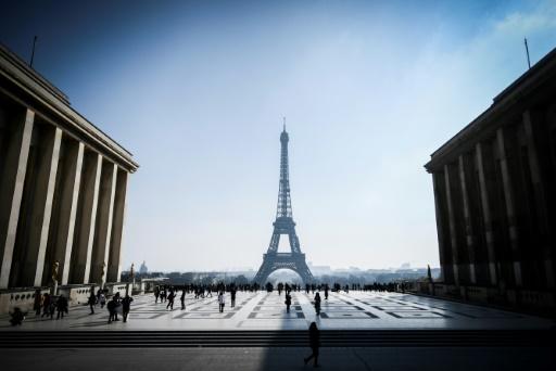 Neige et verglas: la tour Eiffel rouvre