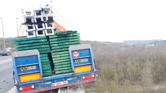 Grosse frayeur sur l'E42- un camion manque de tomber du viaduc à Viesville, le dépannage pourrait prendre plusieurs heures (photos) 1