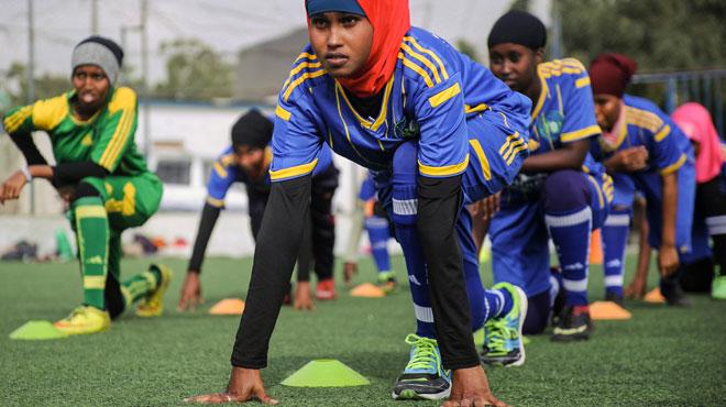 La peur au ventre, des femmes bravent tradition et religion en jouant au football en Somalie: