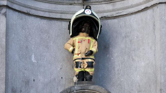 Manneken-Pis en tenue de pompier en hommage aux victimes du 22 mars