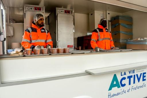 Pas à pas, les migrants de Calais optent pour les repas de l'Etat