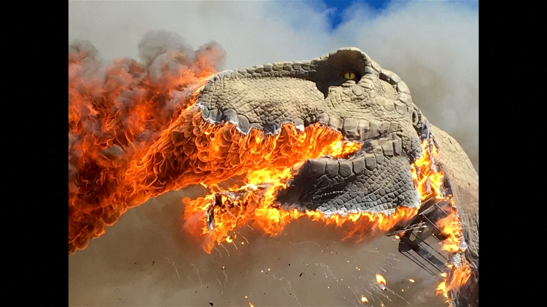 INSOLITE: Un T-Rex en flammes dans un parc à dinosaures